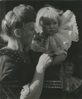 Die Kinder wachsen zum Teil noch in die schöne Tracht hinein, Hans Saebens, 1936, © Estate of Hans Saebens